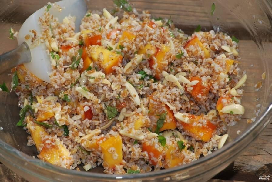 3. Смешаем теперь смесь со сковороды с кусочками персика и мяты, а заправим смешанными между собой маслом и уксусом.