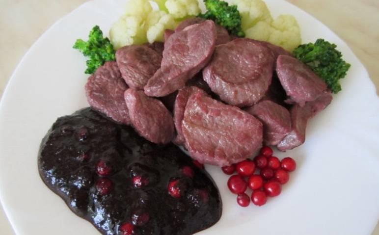 Подаем баранину к столу вместе с соусом, зеленью и овощами. Приятного аппетита!