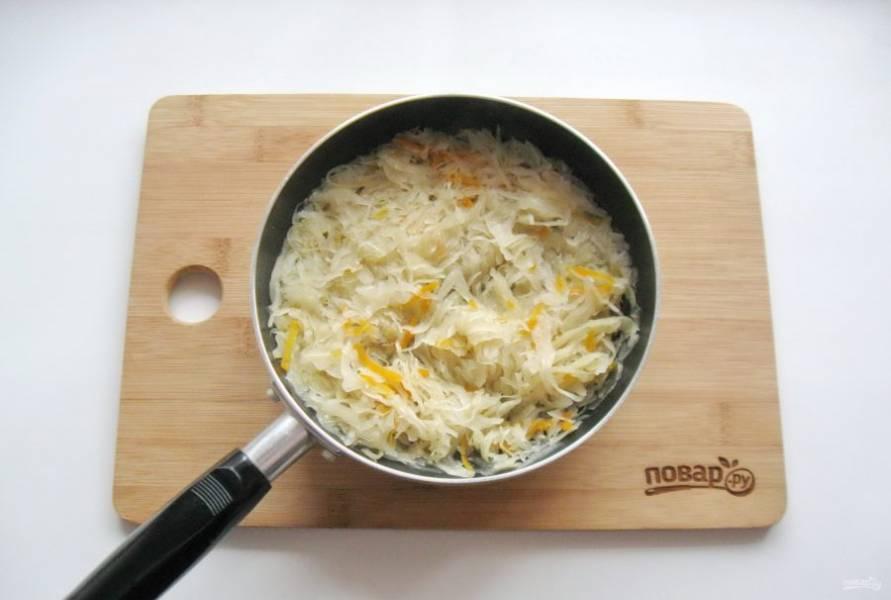Пока тесто подходит, приготовьте начинку. Квашеную капусту отожмите от рассола и выложите в сковороду. Тушите капусту 10-15 минут, чтобы она стала мягче.