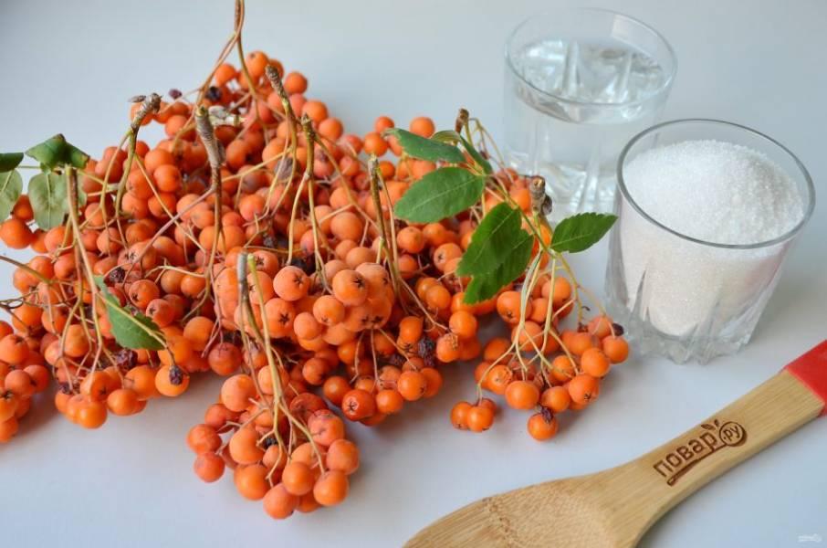 1. Подготовьте ягоды, воду и сахар. Приступим!