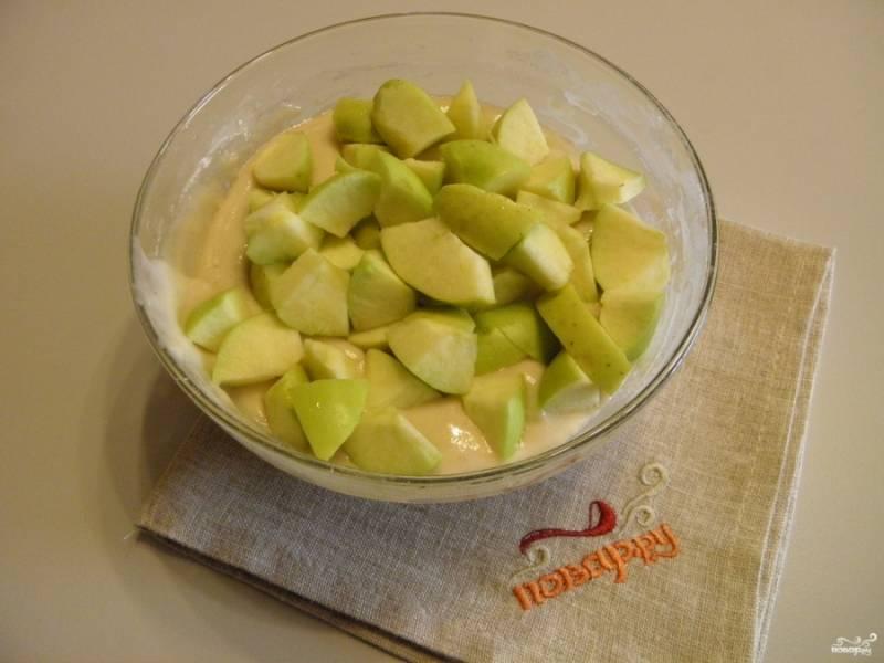 У яблок удалите сердцевины, порежьте фрукты крупными кусочками. Добавьте яблоки в тесто, перемешайте.