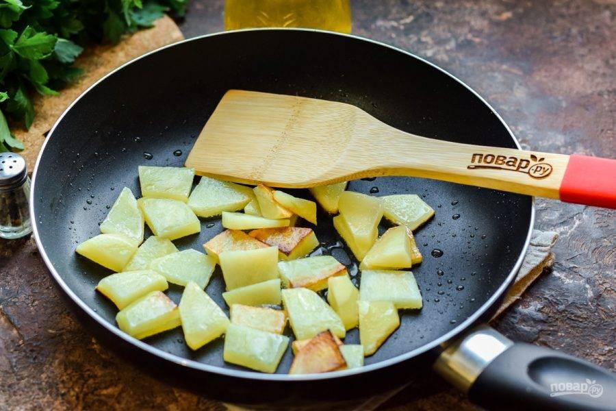 Сковороду разогрейте, влейте немного растительного масла, выложите картофель и жарьте его 5-7 минут, помешивая.