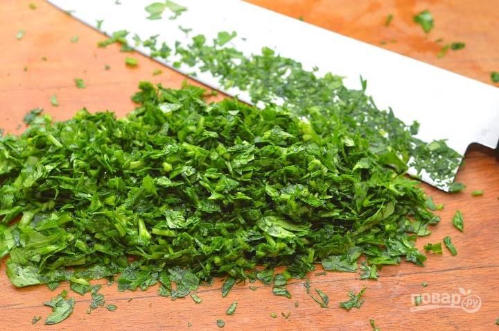 8.Зелень мою и вытираю салфетками, затем измельчаю ножом. Добавляю ее в салатник и перемешиваю.