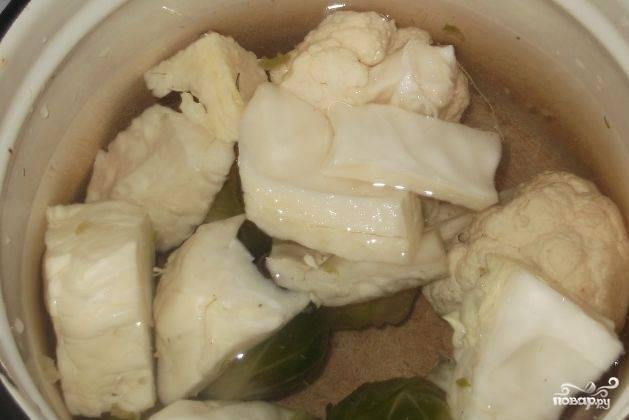 Вскипятите воду. Отварите в ней три вида капусты в течение 15 минут. Отвар слейте в отдельную миску.