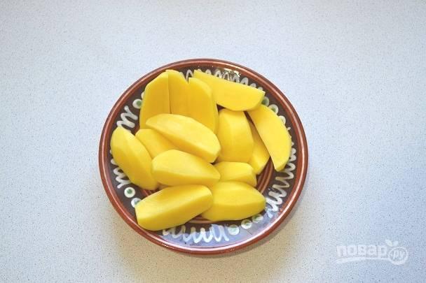2. Нарежьте картофель крупными кусочками. Отправьте в кипящую подсоленную воду и проварите 7-8 минут.