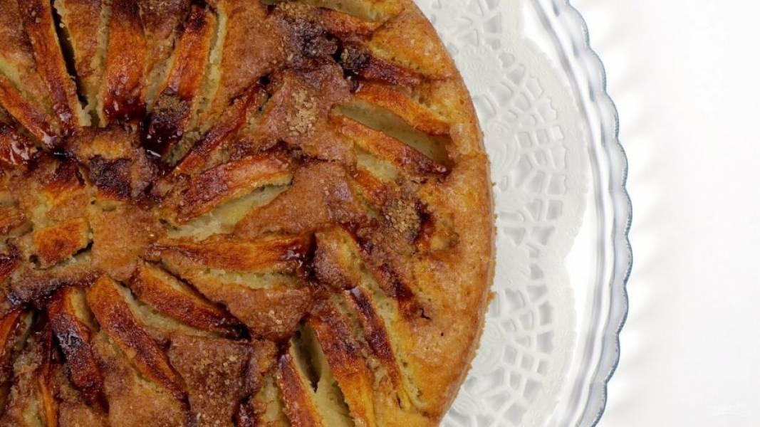 4.  Выпекайте в разогретой до 170 градусов духовке 45-50 минут. Оставьте пирог в форме на 15 минут, затем извлеките и полностью остудите. Приятного аппетита!