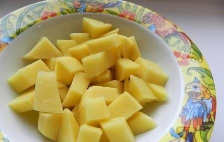 Картофель нарезаем кубиками. Когда сварится горох, добавляем в суп картофель и варим до его готовности. Также кладем лавровый лист и солим суп. В конце добавляем зажарку, варим еще немного и снимаем с плиты.