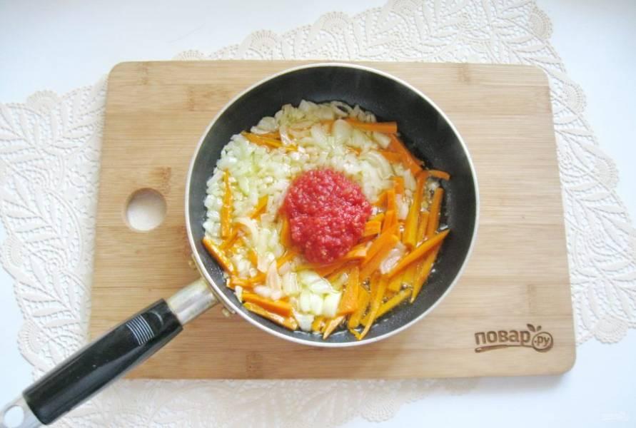 Влейте подсолнечное масло и припустите овощи на небольшом огне в сковороде, перемешивая. В конце добавьте измельченные помидоры, перемешайте. Прогрейте лук, морковь и помидоры еще 5 минут и выключайте.