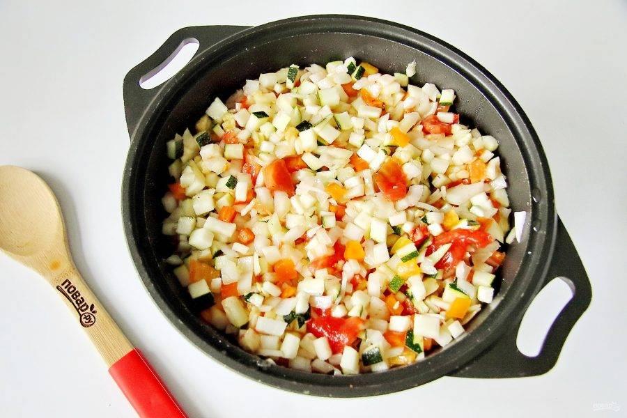 Налейте масло, добавьте сахар и соль. Все хорошо перемешайте и тушите после закипания на небольшом огне 25 минут.