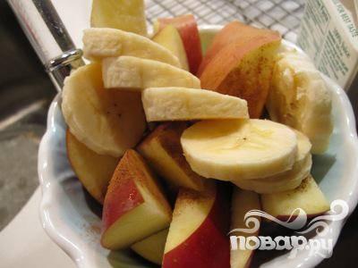 2. Бананы очистите от кожуры, разломите на несколько частей, зелень, перец и яблоко тщательно помойте и отряхните от воды.
