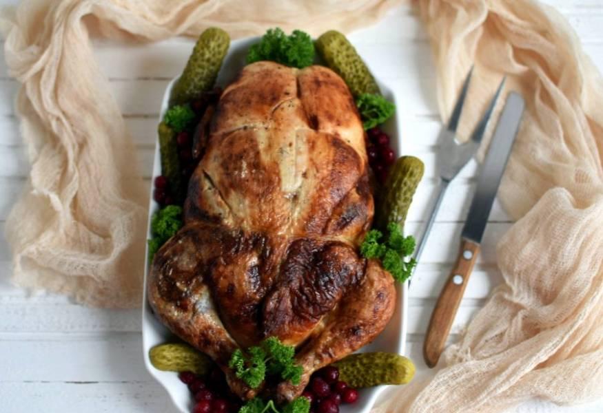 Украсьте курицу зеленью, солеными овощами и моченой ягодой брусники или клюквы. Приятного аппетита!