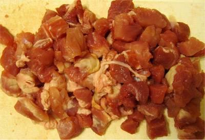 Мясо промываем, просушиваем и нарезаем одинаковыми кубиками.