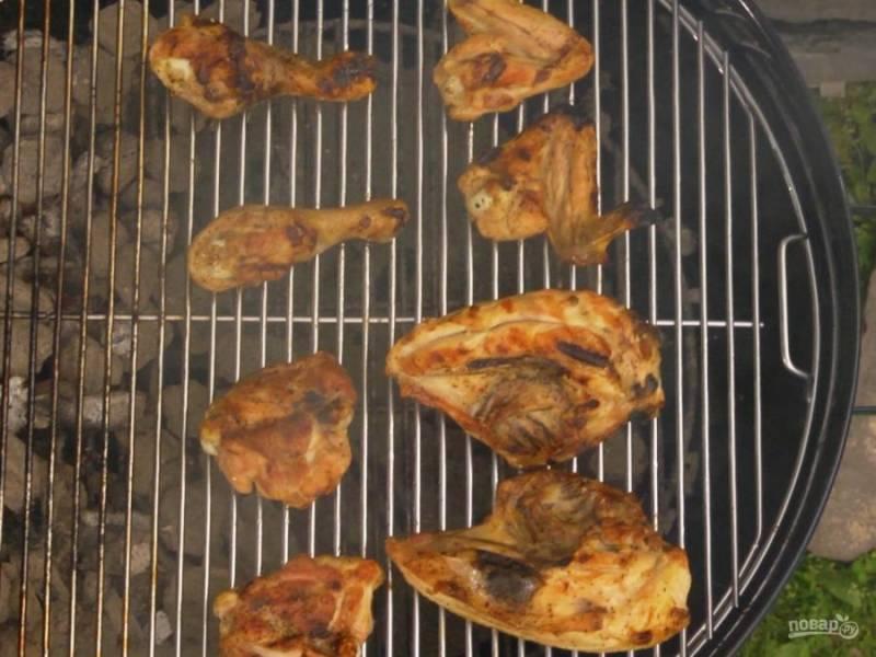 3. Накройте гриль крышкой и готовьте курочку 20 минут. После чего намажьте кусочки соусом и готовьте еще по 5 минут на каждой стороне, уже не накрывая крышкой.