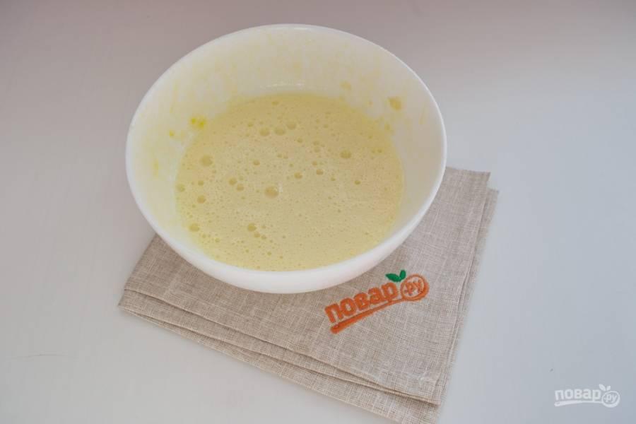 Приготовьте заливку. Стакан молока влейте в миску. Вбейте 2 яйца. Добавьте 3 ст. ложки сахара, 3 ст. ложки сметаны и ваниль по вкусу. Взбейте массу до однородности.