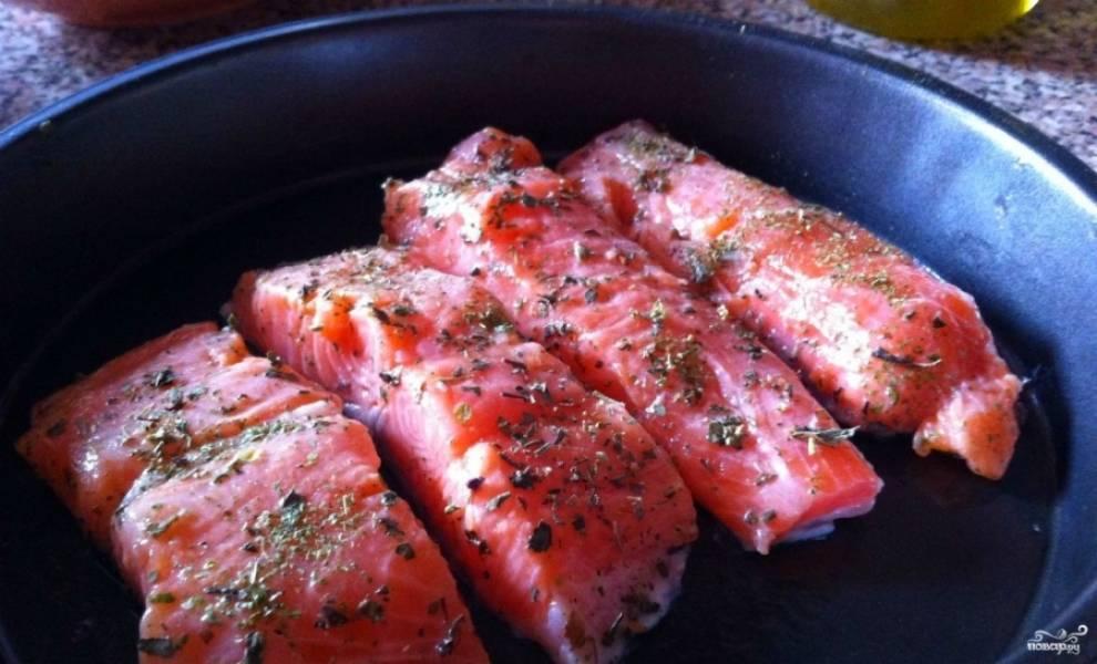 1. Нарезаем рыбу порционными кусочками, натираем специями и поливаем лимонным соком.