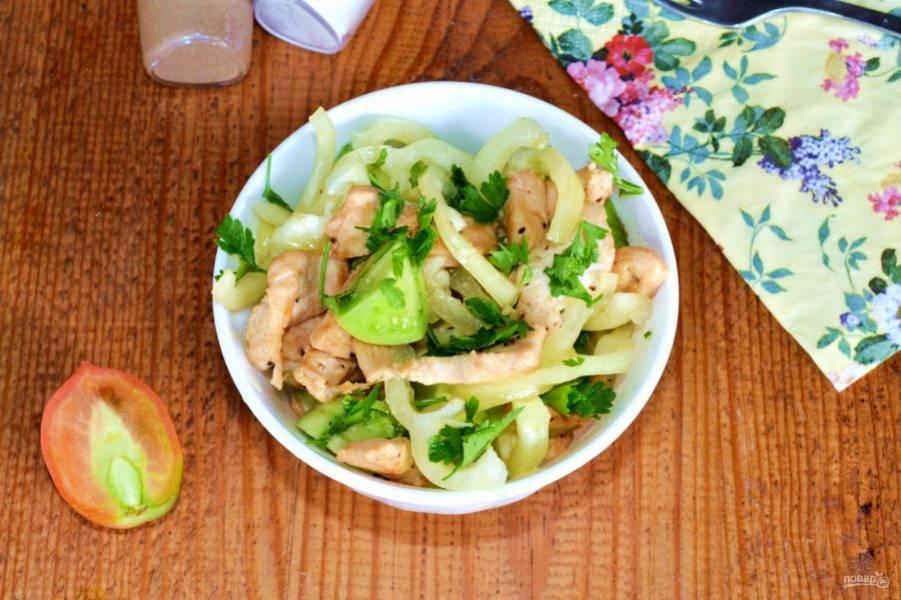 Вот и все, салат с курицей и зелеными помидорами готов. Приятного аппетита!