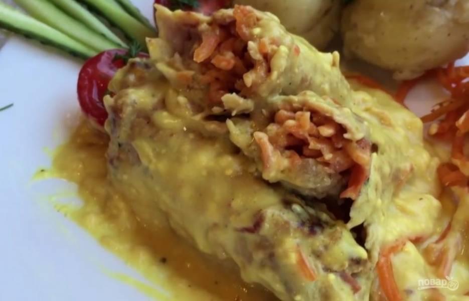 4. Добавьте в соус плавленый сыр и перемешайте венчиком. Когда он полностью растворится, отправьте в соус рулетики и тушите их на маленьком огне 30 минут. Приятного аппетита!