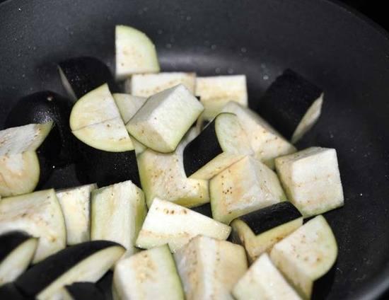 Очень хорошо разогреваем вок с растительным маслом и обжариваем баклажаны, все время перемешивая, минуты 4-5. Баклажаны должны стать легкого золотистого цвета.