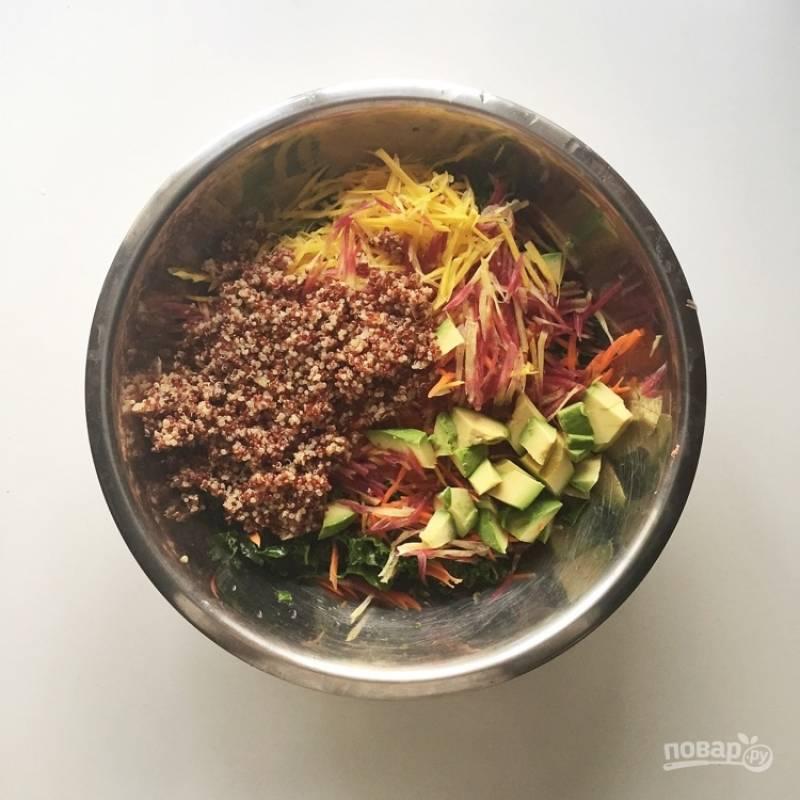 9.Остывшую киноа выкладываю в миску к салату, добавляю очищенный и крупно нарезанный авокадо.