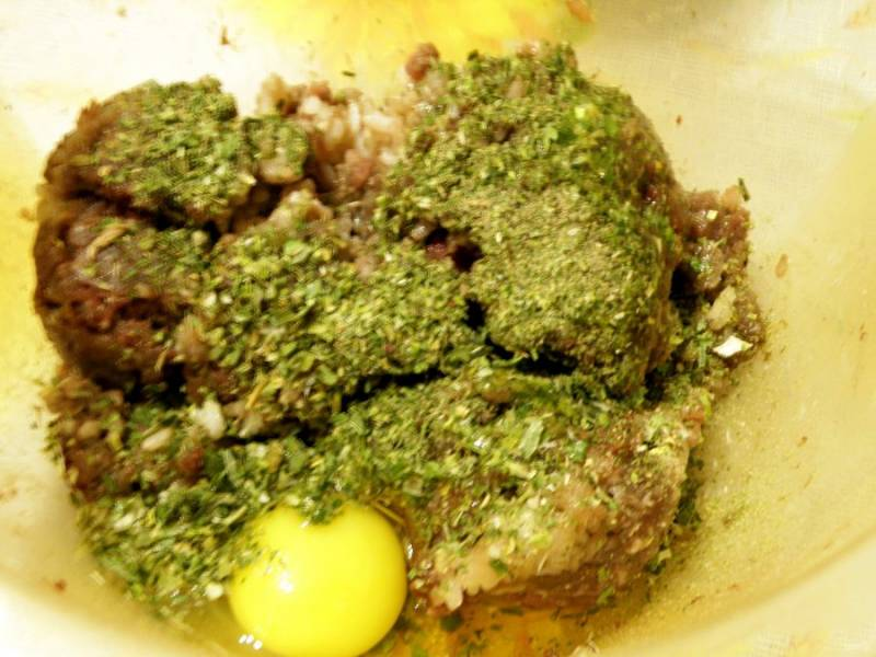 Фарш смешать с вареным рисом и сухими травками. Добавить яйцо, посолить-поперчить и хорошо вымешать и отбить в миске.