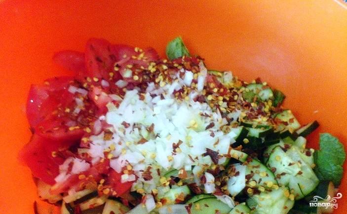 Мелко нарежьте репчатый лук, добавьте его в миску к овощам и ботве. Посолите и поперчите. Если вы не любите острые блюда, то перец можно исключить.