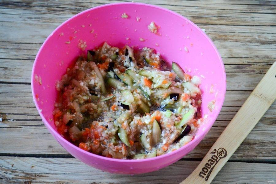 Хорошенько перемешайте, чтобы все ингредиенты соединились. На сковороде разогрейте растительное масло, ложкой выкладывайте овощную массу. Жарьте на среднем огне до золотистого цвета. Затем переверните и жарьте с другой стороны.