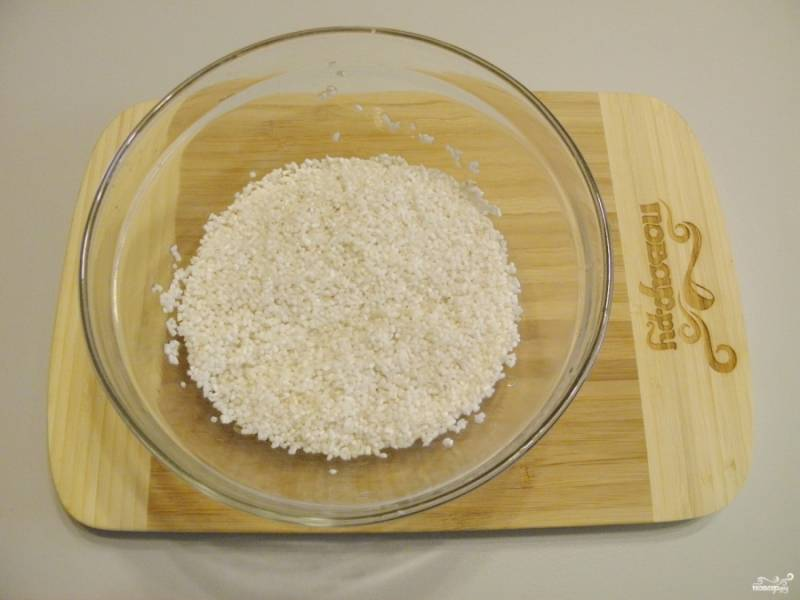Переберите рис, промойте его до чистой воды.