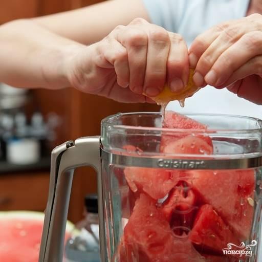 3. Кубики арбуза сложите в блендер. Туда же выдавите сок одного лимона (или лайма).