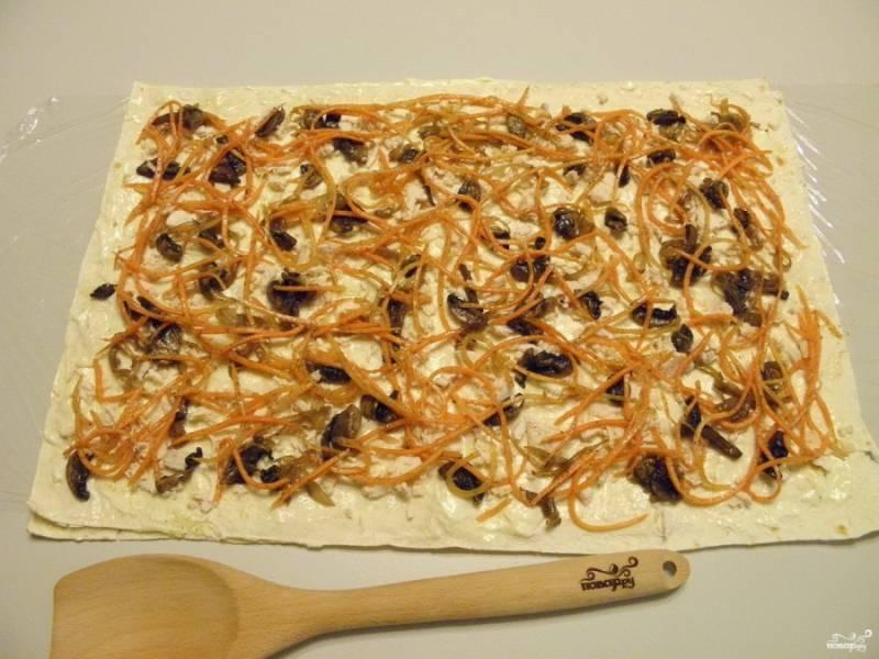 На второй лаваш уложите начинку: курицу, грибы с луком, морковь по-корейски.