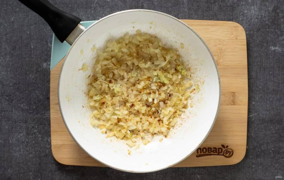 Репчатый лук нарежьте на мелкие кубики, чеснок и имбирь мелко измельчите. В сковороде разогрейте растительное масло, обжарьте зиру до раскрытия аромата. Добавьте лук, обжарьте его до золотистого цвета. Затем добавьте имбирь и чеснок, обжаривайте еще 1 минуту.