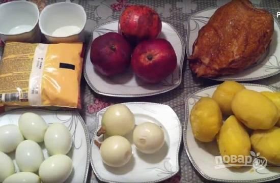 Подготовим ингредиенты для салата. Заранее отварим и остудим картофель и яйца, очистим лук.