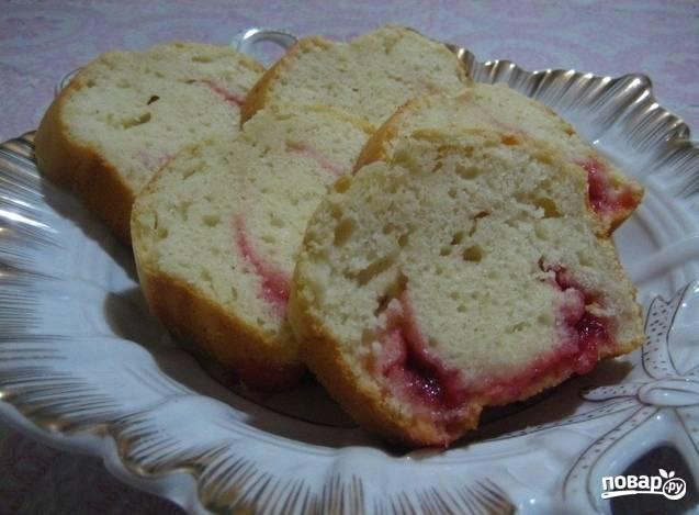 8. Когда кекс остынет, подавайте его целым или разрежьте на части. Я так и сделала: это удобно и красиво.