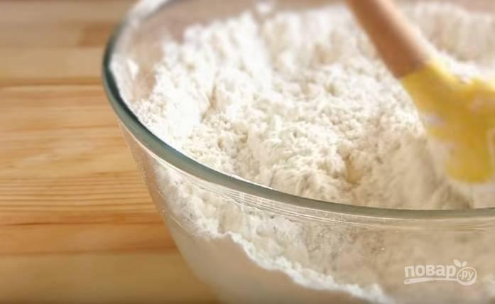 4. Просейте муку, отправьте ее в миску и вымешайте мягкое тесто, которое не липнет к рукам. Накройте полотенцем и оставьте в теплом месте, чтобы тесто поднялось.