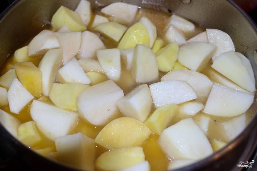 Добавьте картофель. Долейте воды столько, чтобы верхние кусочки картофеля не покрывались водой. Тушите на небольшом огне до готовности. Не забудьте посолить, поперчить.