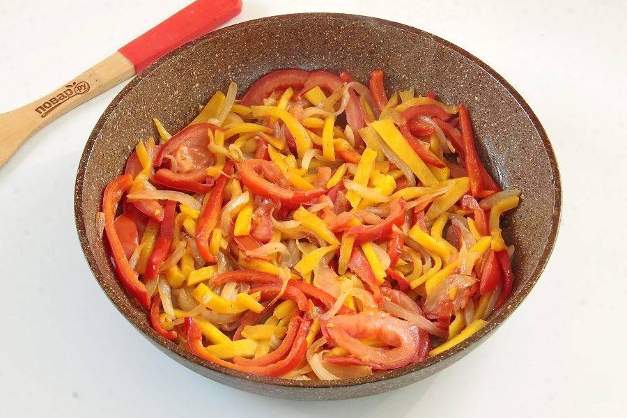 Обжарьте овощи на растительном масле до готовности. В конце добавьте соль, мускатный орех и паприку. Остудите.