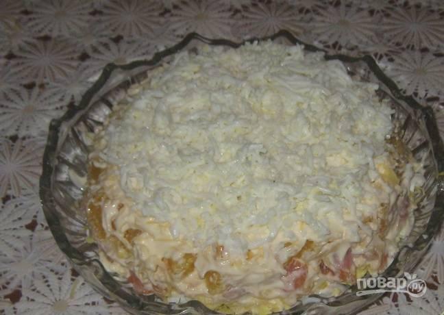 После разложите апельсин, оставшийся сыр и майонез. Сверху —  белки.