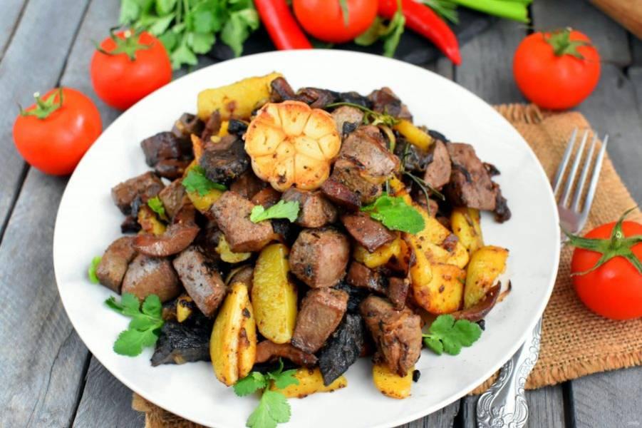 """Подавайте """"Джиз-быз"""" горячим, со свежей зеленью, свежими лепешками, помидорами и острым перцем. Красное вино великолепно дополнит блюдо."""