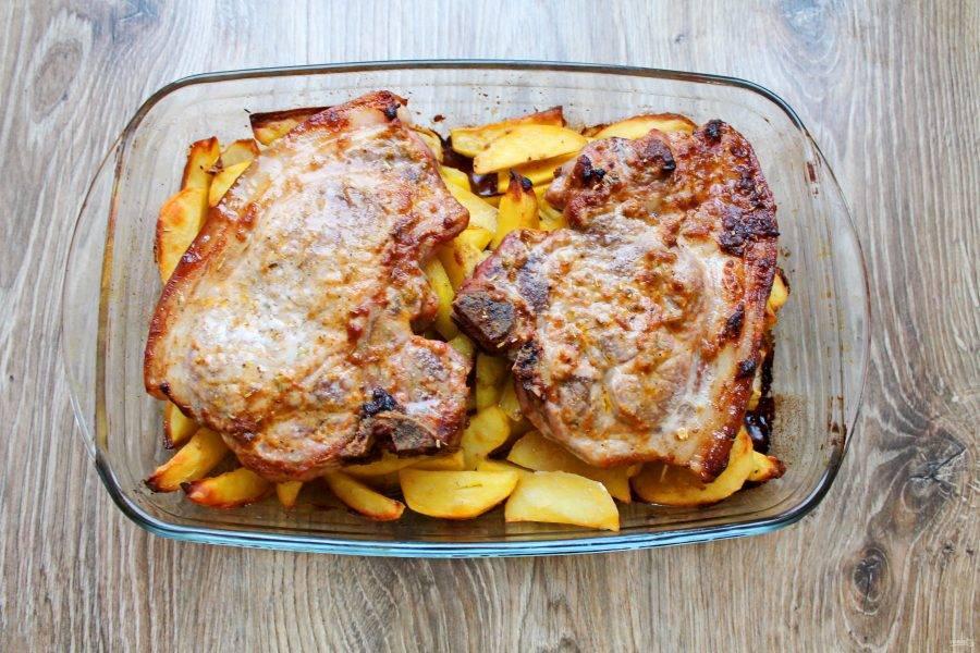 Поставьте форму с картофелем и мясом обратно в духовку и запекайте все еще 20-30 минут, до готовности мяса и картофеля. Достаньте форму и сразу подавайте картофель с мясом на косточке.