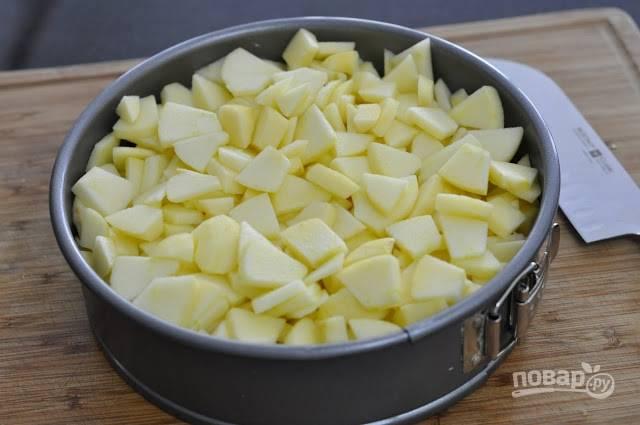 1.Вымойте яблоки, очистите от кожуры, разрежьте на 2 части и удалите семечки. Нарежьте яблоки тонкими кусочками средней величины. Смажьте маленьким кусочком сливочного масла форму для выпечки, присыпьте мукой и выложите яблоки, посыпьте их корицей.