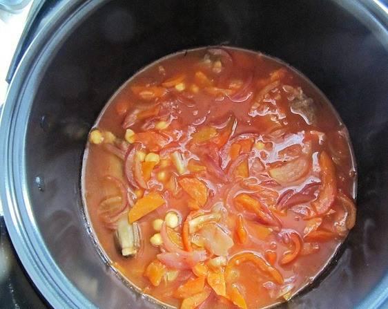"""В чашу мультиварки поместите: мясо, нут, острый перец, овощи со сковороды и 1,2 литра кипятка. Соль - по вкусу. Выставляем программу """"Тушение"""" 60 минут."""