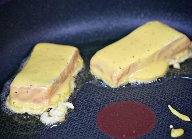 Обжариваем на разогретой сковороде до золотистого цвета с двух сторон.