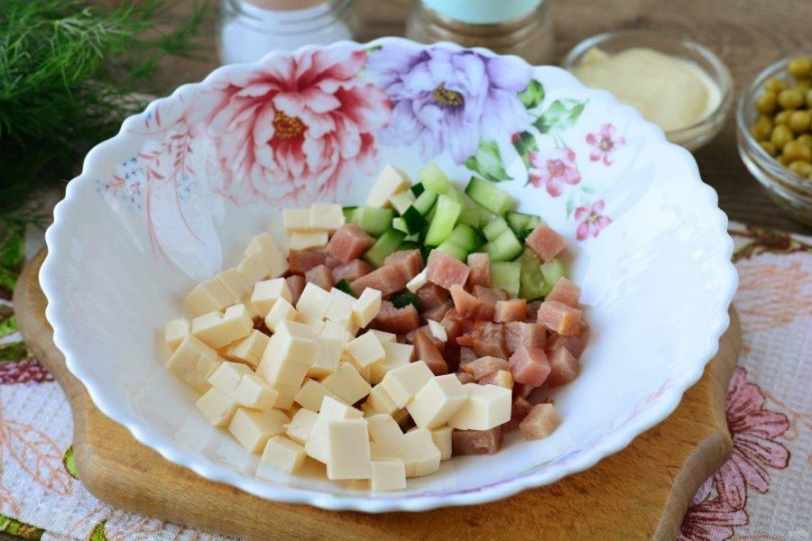 Нарезанные компоненты сложите в тарелку или миску.