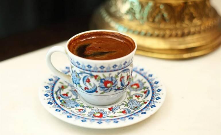 7. Кофе верните на огонь. Как только он начинает закипать, снимите его с огня. Повторите так еще дважды. Кофе готов. Разлейте его по чашкам. Дайте напитку отстояться секунд 30-40. Теперь, когда вы знаете, как приготовить кофе по-турецки, повторите этот рецепт дома и насладитесь его неповторимым ароматом и крепким вкусом.