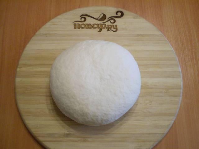 8. Вымешиваем до тех пор, пока не получится эластичное, приятное и не липкое тесто.