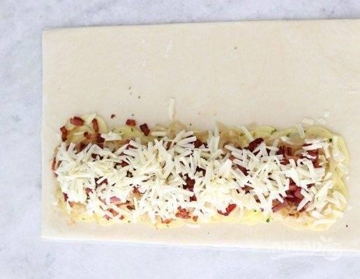 5. Далее распределите жареные лук и бекон. Натрите на терке сыр, присыпьте им сверху ингредиенты.