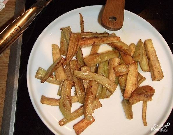 5. Отдельно жарим баклажаны тоже где-то пол минуты, когда тесто начнёт приобретать золотистый цвет. Предлагаю жарить небольшими порциями, так баклажаны лучше обжарятся.