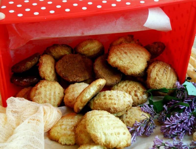 Если вы хотите сохранить печенье несколько дней свежим, уложите его в пластиковую коробку, непременно проложив пергаментом.