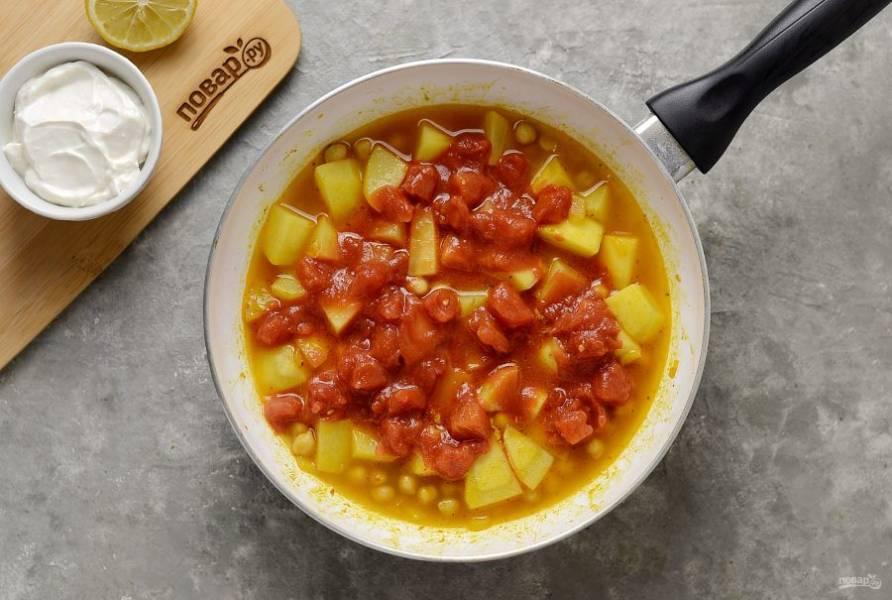 Влейте бульон, добавьте лимонный сок и измельченные томаты.