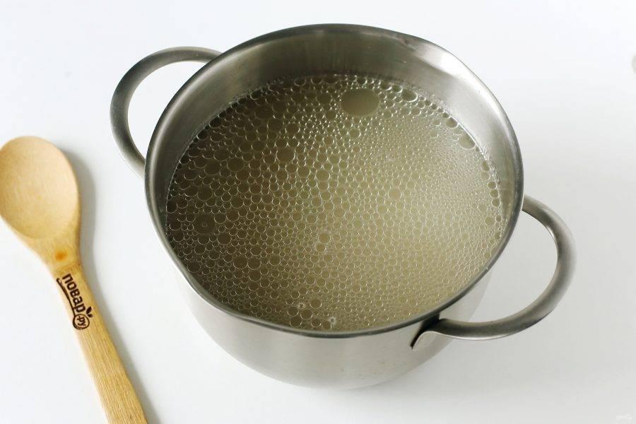 Бульон можно сварить заранее или непосредственно перед приготовлением супа. У меня бульон из свинины. Добавьте в кастрюлю промытый горох и варите до готовности.