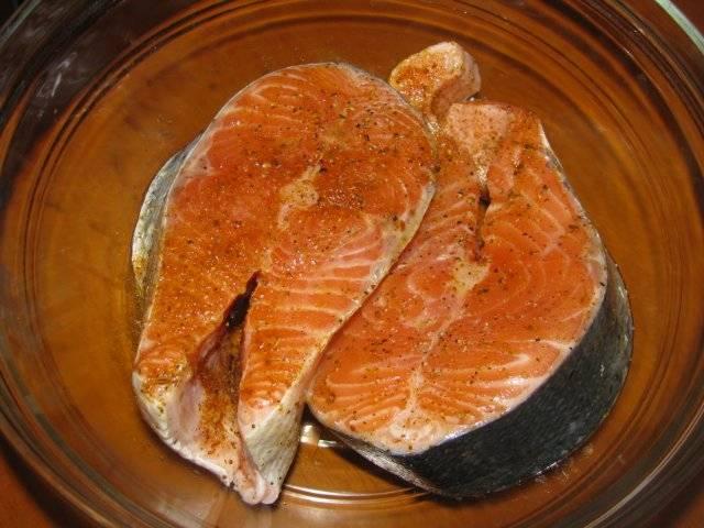 Стейки моем, подсушиваем бумажными полотенцами и посыпаем солью, перцем и специями для рыбы. Если у вас нет специальных специй, воспользуйтесь любыми сухими ароматными травами: базиликом, петрушкой, укропом. Поливаем стейки соком лимона.